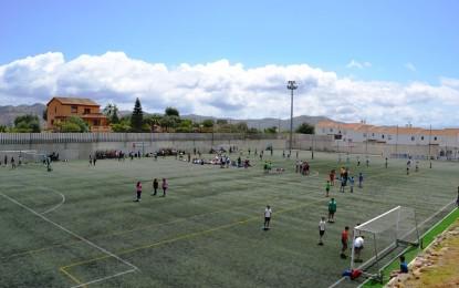 El Ayuntamiento de Álora, Málaga, realiza trabajos de mantenimiento en el Campo de fútbol