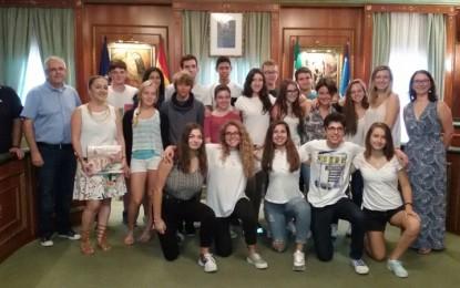 Gema Midón ha recibido en el Ayuntamiento de Marbella, Málaga, a escolares franceses que están realizando un intercambio cultural con el IES Río Verde