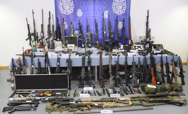La Policía Nacional interviene un centenar de armas en un caserío de Bizkaia