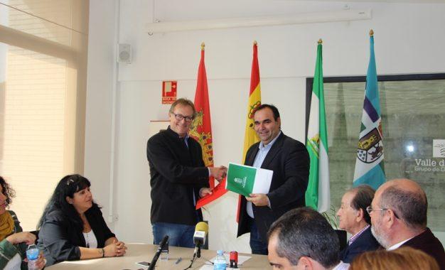 Los alcaldes de Álora y Pizarra firman un convenio de colaboración