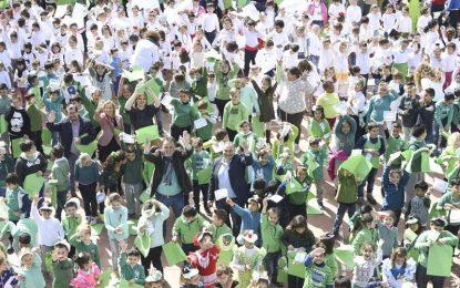 Novecientos niños y niñas del colegio Palma de Mallorca celebran el Día de Andalucía con un mannequin challenge