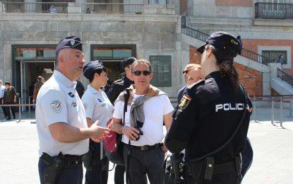 Agentes franceses y portugueses patrullan junto a la Policía Nacional para reforzar la atención al turista en Semana Santa en Málaga y Madrid