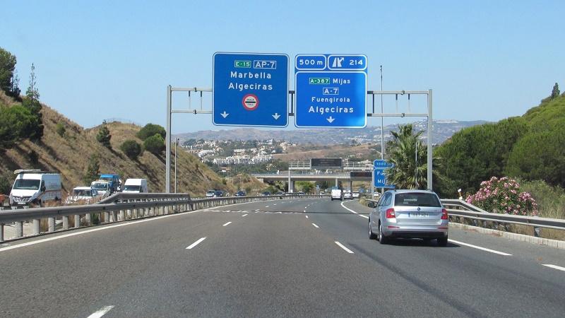 Cuatro personas heridas en una colisión entre un turismo y un camión en la AP-7, en Fuengirola, Málaga